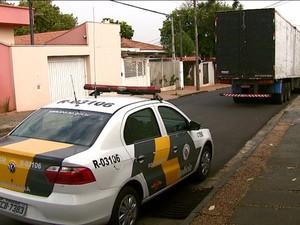 Caminhão carregado foi levado para o 1º DP de São Carlos (Foto: Ely Venancio/EPTV)