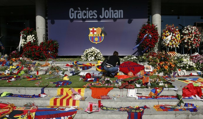 Homenagem a Cruyff no Camp Nou (Foto: Reuters)
