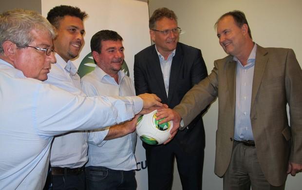 Valcke, Andrés, Ronado e Ricardo Trade Copa do Mundo (Foto: Marcelo Baltar)