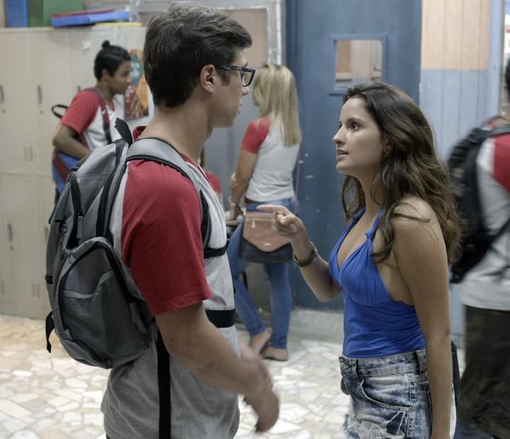 Ele espera a gata sair da prova para conversar, mas rola confusão (Foto: TV Globo)