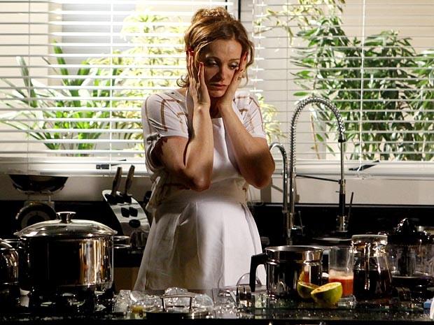 Sônia fica desesperada diante do fogão (Foto: Cheias de Charme / TV Globo)