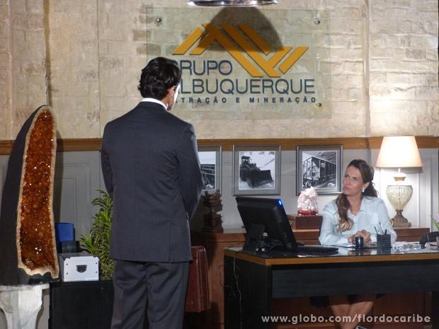 Yvete já está caindo na labia de Duque (Foto: Flor do Caribe/ TV Globo)