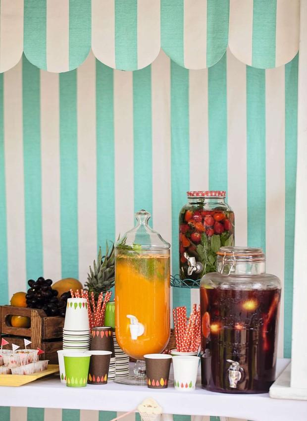 Na tenda armada no jardim, suqueiras com frutas refrescaram os convidados e decoraram o bar de milk-shakes e sucos naturais. Tenda da Fetes (Foto: Elisa Correa)