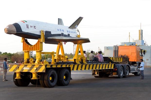 Veículo de lançamento reutilizável sendo transportado  (Foto: ISRO)