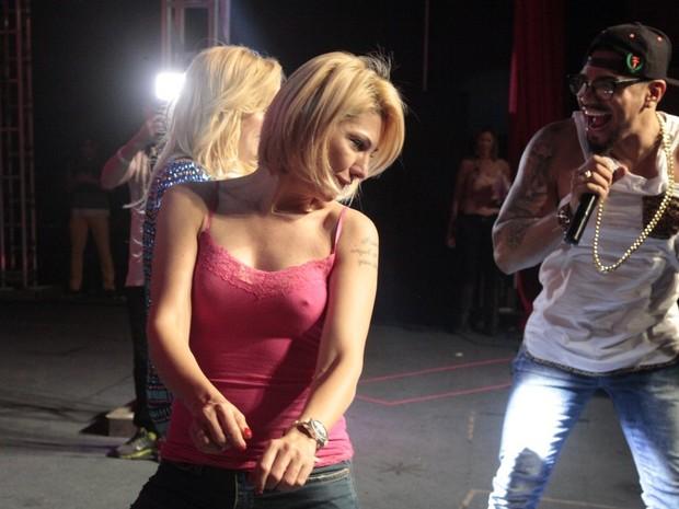 Antônia Fontenelle, Verônica Costa e Naldo em show na Zona Norte do Rio (Foto: Isac Luz/ EGO)