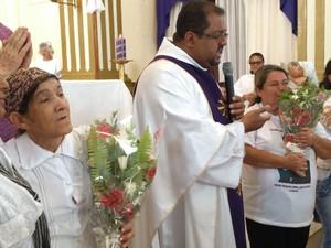 Mulheres parentes das vítimas receberam flores (Foto: Jailson Lima/ TV Asa Branca)