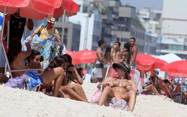 Joana Machado na praia com o filho (Foto: André Freitas / AgNews)