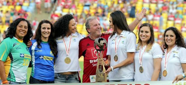 Jogo das Estrelas - Zico e jogadoras de Handebol (Foto: Cezar Loureiro/Agência O Globo)