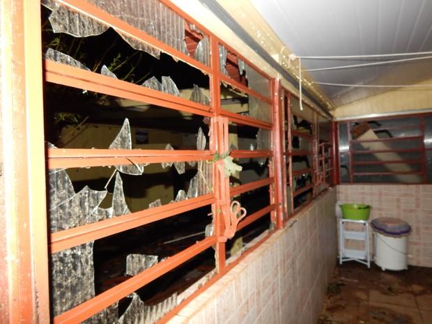 Dia 21: vidros de casa quebraram  (Foto: Laion Espíndula/G1)