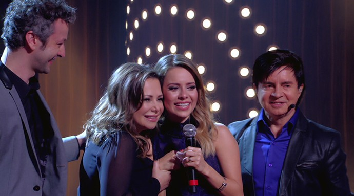 Sandy abraça a mãe, Noely, ao lado do marido Lucas e do pai Xororó (Foto: TV Globo)