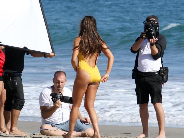 Lea Michele em ensaio em praia em Malibu, em Los Angeles, nos Estados Unidos (Foto: Grosby Group/ Agência)