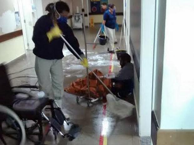 Paciente toma soro em chão de hospital público do DF enquanto servidores fazem faxina no local (Foto: Antonio Marcos Batista/Arquivo Pessoal)