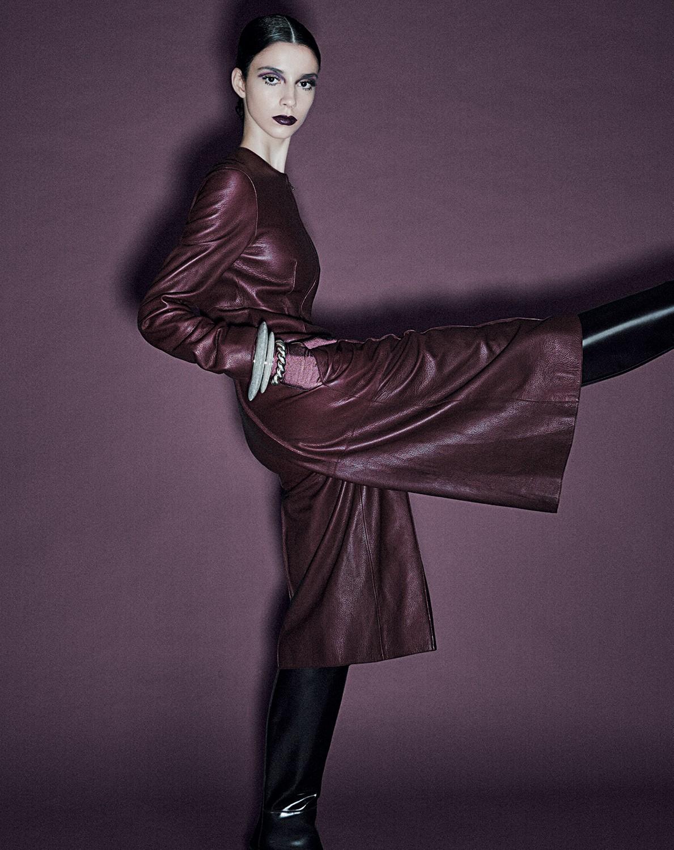 Manuela Miloqui usa macacão, R$ 50.400, pulseiras, a partir de R$ 3.625, e botas, R$ 7.700, tudo Hermès. (Foto: Gil Inoue)
