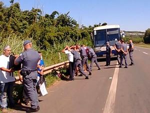 Ônibus que levava manifestantes pró-governo é abordado pela Polícia Militar em Santa Bárbara d'Oeste (Foto: Marcela Bragaia/Arquivo pessoal)