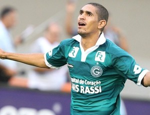 Ramon comemora o gol do Goiás contra o Atlético-GO (Foto: Agência Futurapress)