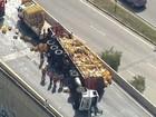 Caminhão tomba e interdita a Ponte Transamérica, na Zona Sul de SP