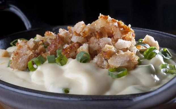Pur de batata-doce com cream cheese e torresmo do chef Thomas Troisgros (Foto: Adriana Lorete)
