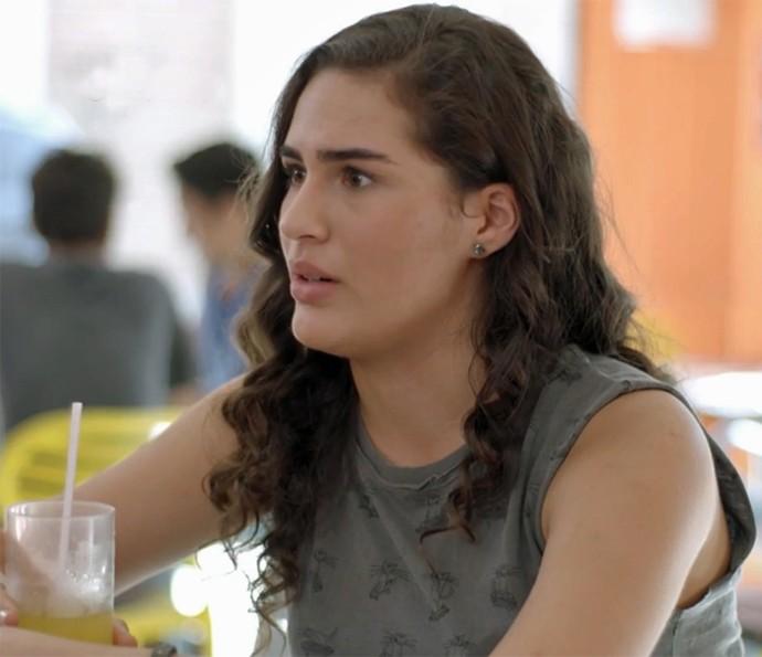 Julia dispensa Artur para limpar o armário do quarto (Foto: TV Globo)