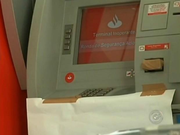 Caixa ficou desativado devido à ação dos criminosos (Foto: Reprodução / TV TEM)