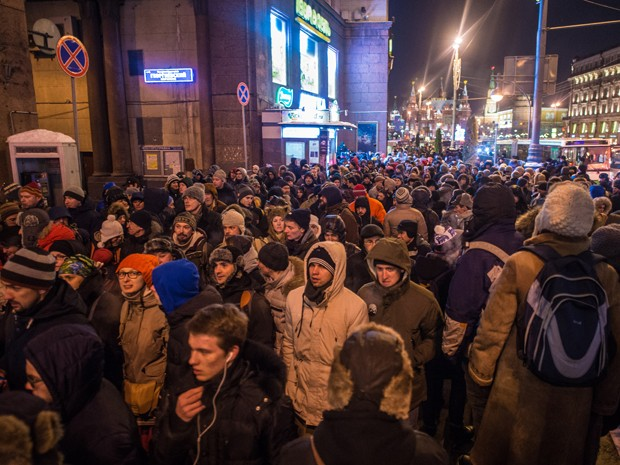 Manifestantes se reúnem no centro de Moscou, na terça (30), em protesto convocado por Alexei Navalny (Foto: AFP Photo/Dmitry Serebryakov)