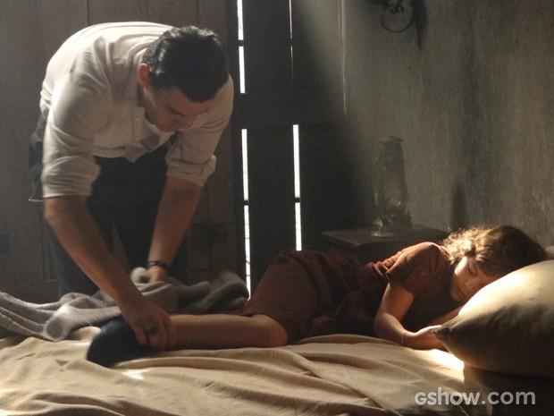 Manfred chega no casebre, vê Marlene fugiu e Pérola está com febre (Foto: Joia Rara/TV Globo)