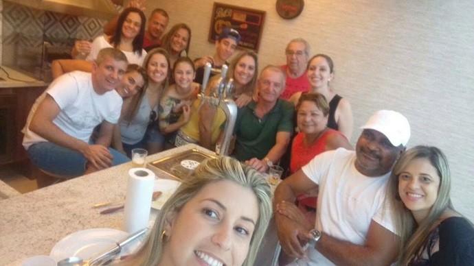 Denise participando de um almoço com a família do amigo (Foto: Arquivo pessoal)