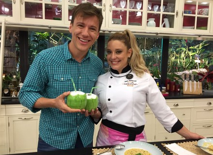 Helga Nemeczyk conta que está aprendendo a cozinhar para o noivo