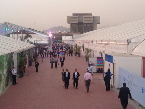 Participantes da Conferência Climática da ONU caminham pela área do Pentagonito, sede do Exército do Peru, que abriga a cúpula de 2014 (Foto: Eduardo Carvalho/G1)