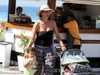 Ex-jogadora Virna curte dia de praia com os filhos