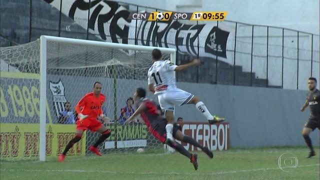 <p>  Júnior Lemos faz jogada individual, cruza pra área, Leandro Costa sobe mais alto que Fabrício e desvia para abrir o placar.</p>