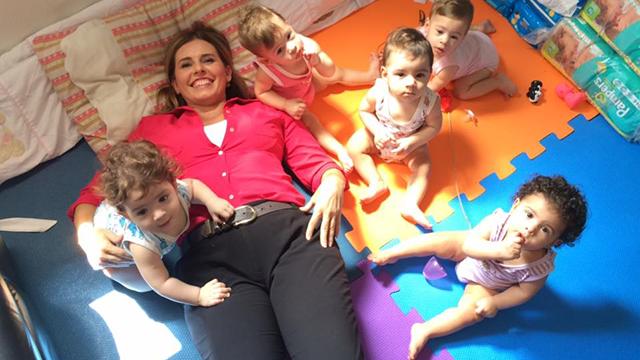 Solange Freitas posa em foto com os quíntuplos  (Foto: Solange Freitas)
