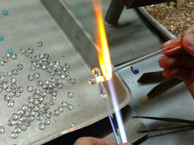Cristais são derretidos a uma temperatura de 1.100 °C (Foto: Arquivo pessoal)