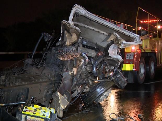 Acidente entre carro e carreta mata dois em Campinas (Foto: Reprodução EPTV)