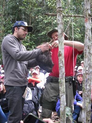 Instrutor mostra como candidato deve fazer para matar uma galinha (Foto: Pamela Kometani/G1)
