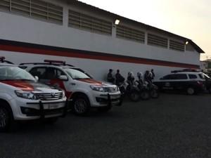Carros da Polícia Militar dão apoio na operação do Ministério Púiblico de Campinas (Foto: Reprodução EPTV)