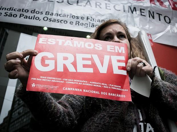 Cartazes de greve são colados em fachada de agência bancária do centro de São Paulo (Foto: Dario Oliveira/Código19/Estadão Conteúdo)