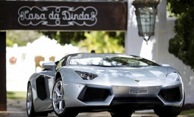 Lamborghini Aventador, avaliada em R$ 3,8 milhões, apreendida na casa do ex-presidente Fernando Collor (Foto: Ueslei Marcelino / Reuters)