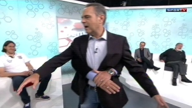 Luis Roberto é agarrado por Arnaldo Cezar Coelho (Foto: Reprodução: SporTV)