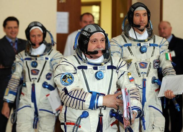Os três astronautas estão sendo submetidos a exames e vão ser enviados à Estação Espacial Internacional (ISS), de acordo com agências internacionais. A previsão é que o lançamento rumo à ISS ocorra no dia 29 de maio, na base situada do Cazaquistão, informa a AFP (Foto: Yuri Kadobnov/AFP)