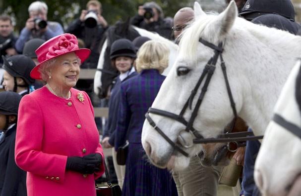 Encontre Alguém Que Te Transborde: Encontre Alguém Que Te Olhe Assim Como Rainha Elizabeth II