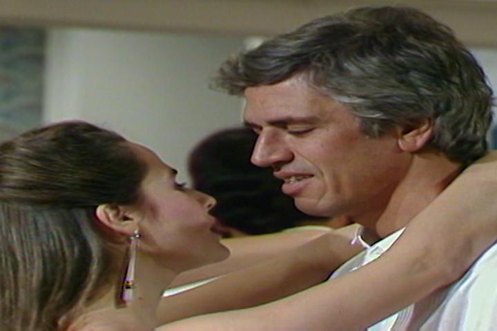 Glucia convida Fbio para danar e eles se beijam (Foto: Reproduo/viva)