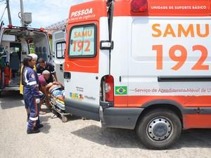 Equipe do Samu socorre um dos homens que se envolveram em acidente entre duas motos em Jaguaribe, Centro de João Pessoa (Foto: Walter Paparazzo/G1)