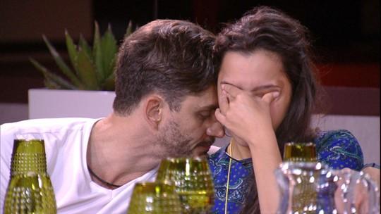 Emilly chora e Marcos consola: 'Vejo você fazendo vários exames de consciência'