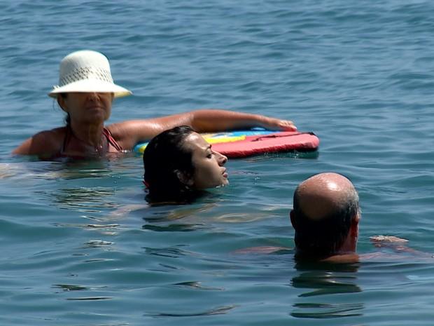 Turistas aproveitam as águas termais de Ischia, a 'ilha da saúde'. (Foto: TV Globo)