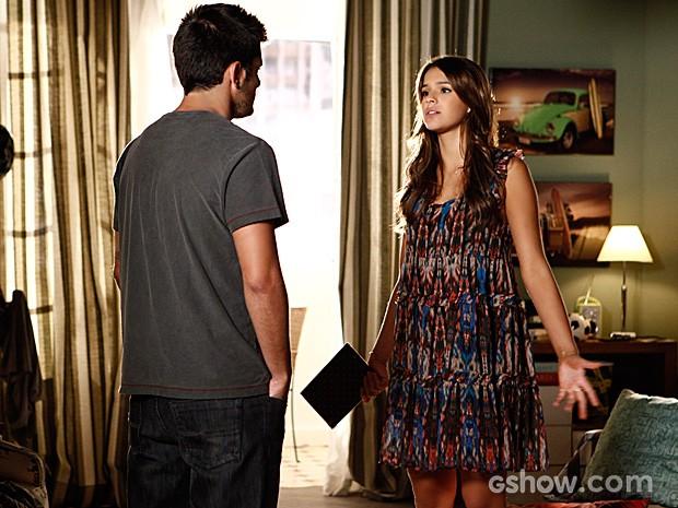 Luiza percebe que André escondeu seu caderno de propósito (Foto: Inácio Moraes / TV Globo)