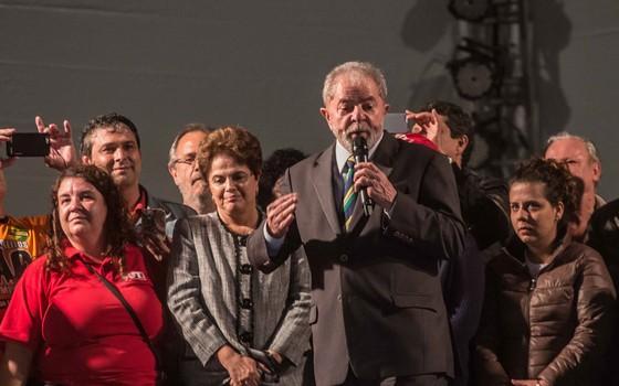 Ato público pró-Lula realizado com a presença do ex-presidente Luiz Inácio Lula da Silva, ex-presidente Dilma Rousseff e integrantes do PT  na noite desta quarta-feira (10) na praça Santos Andrade, região central de Curitiba (PR (Foto: Taba Benedicto/Folhapress)