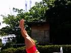 Cristianne Rodriguez usa escadinha de piscina para fortalecer o abdômen