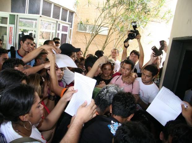 Alunos procuram nomes no listão dos aprovados no vestibular da UFPA, divulgado neste sábado (5). (Foto: Cristino Martins/OLiberal)