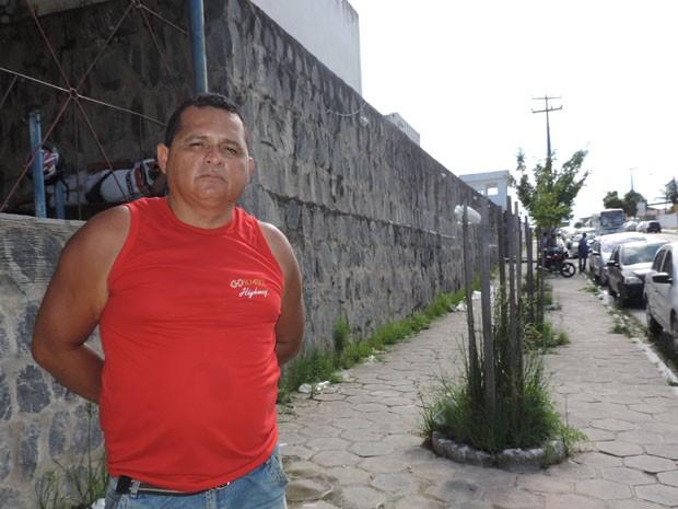 Mototaxista Carlos Roberto Santos reclama por filho até hoje não saber setença (Foto: Katherine Coutinho / G1)