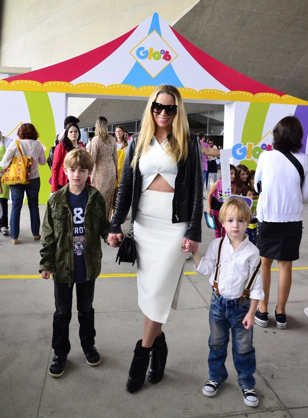 Danielle Winits com os filhos (Foto: Henrique Oliveira / AgNews)
